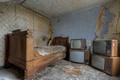 Картинка комната, кровать, телевизоры