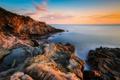 Картинка море, небо, закат, камни, побережье, горизонт, Италия