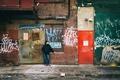 Картинка город, улица, кабели, двери, капот, мужчина, камеры