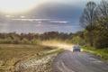 Картинка дорога, поле, солнце, облака, деревья, пыль, автомобиль