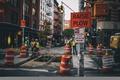 Картинка город, улица, знаки, светофор, рабочие, быт, городская