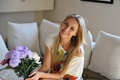 Картинка Hayley Marie Coppin, блондинка, улыбка, цветы