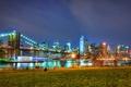 Картинка трава, ночь, люди, Нью-Йорк, фонари, Бруклинский мост, скамейки