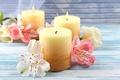 Картинка свечи, лепестки, цветы
