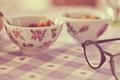 Картинка очки, тарелка, скатерть