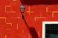 Картинка стена, тень, решетка, окно, фонарь