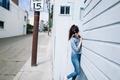 Картинка девушка, поза, улица, брюнетка, очки, джинс
