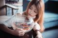 Картинка девушка, рыбки, фон