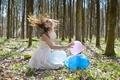 Картинка лес, девушка, шары