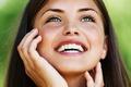 Картинка девушка, улыбка, настроение, веснушки, зеленые глаза