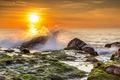 Картинка море, небо, солнце, брызги, камни, рассвет, берег