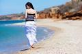 Картинка море, пляж, девушка, шатенка, камешки