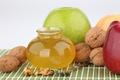 Картинка яблоки, ложка, мёд, грецкие орехи