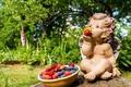 Картинка ягоды, ангел, земляника, статуэтка, жимолость