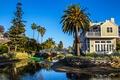 Картинка США, Калифорния, дома, мост, речка, пальмы