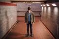 Картинка свет, тень, мужчина, коридор метро