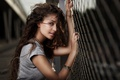 Картинка девушка, забор, брюнетка, локоны